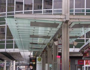 hängende Überkopfverglasung im Busbahnhof gebo-Punkthalter AK A 70