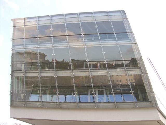 Fassade DB Schenker mit gebo Punktahltern