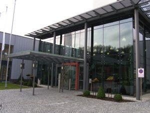 Klinikum_ Manderscheid Glasvordach mit gebo AK A Glashalter