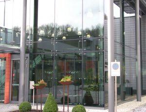 Klinikum_ Manderscheid Isolierglasfassade mit gebo Glashalter