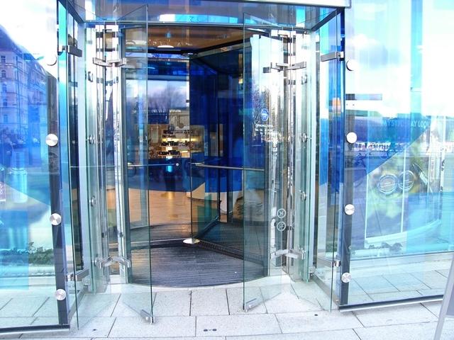 NIVEA Haus Hamburg gebo glas elemente befestigungssysteme